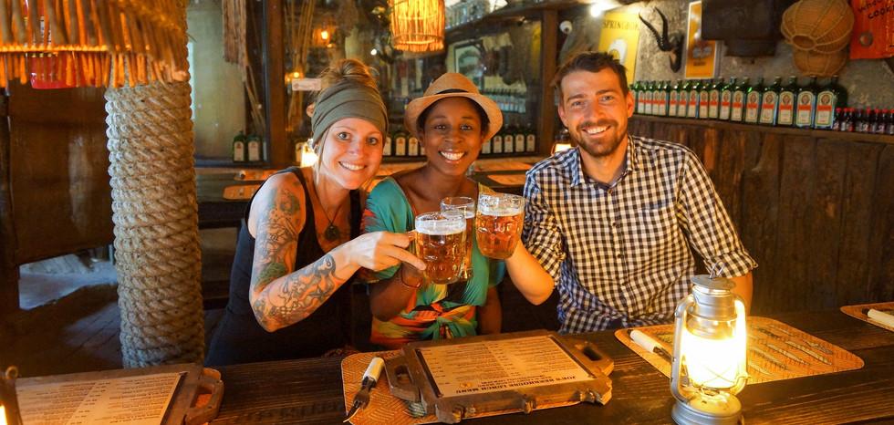 Kati und Hermann trinken in Namibia mit