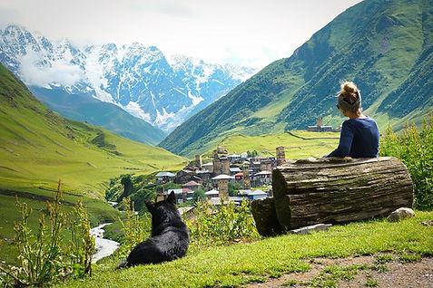 Kati blickt auf Ushguli in Swanetien Geo