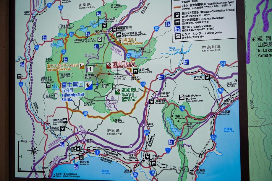 Infotafel mit Wanderwegen des Fujisan im Überblick
