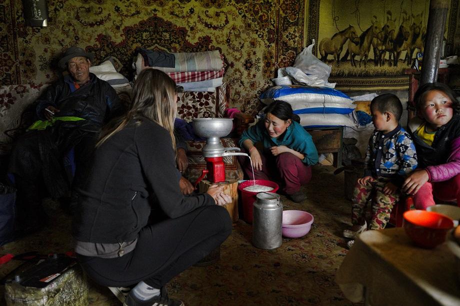 Kati beobachtet butterherstellung in der Mongolei
