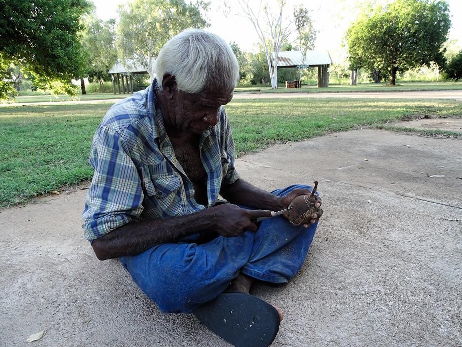 Boab Bob beim Schnitzen - Kimberleys