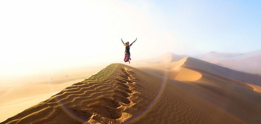 Kati auf sandduene in Namibia.jpg