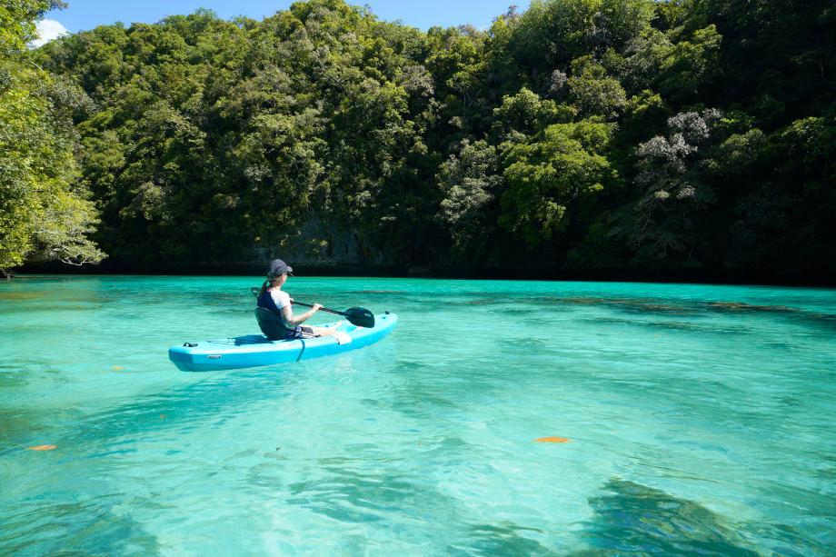 Kati kajakt auf Palau