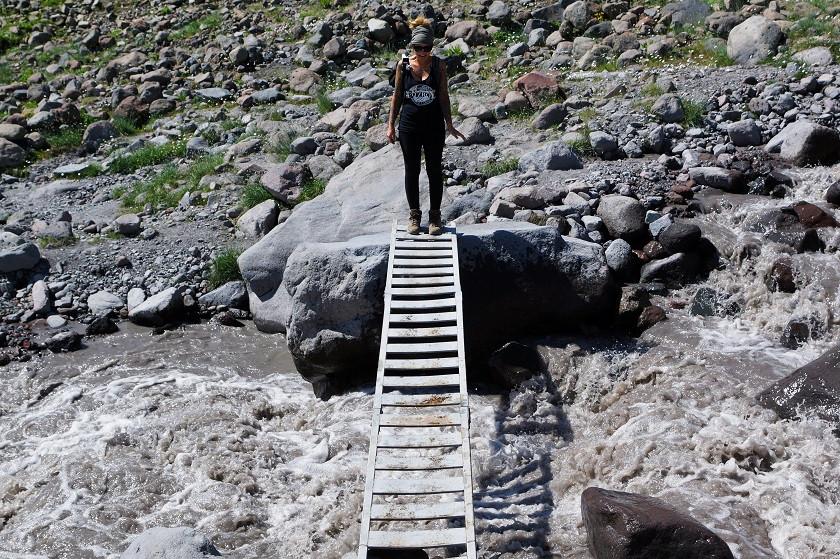 Flussüberquerung auf dem Weg zum ersten Camp - Gergeti Gletscher