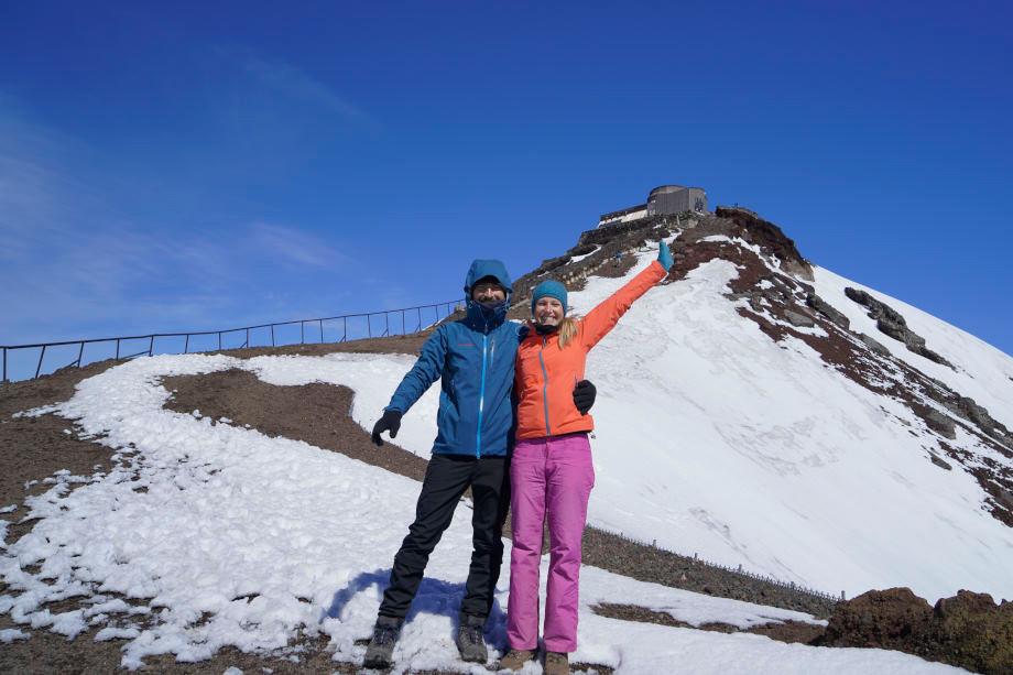 Kati und Hermann vor dem verschneiten Gipfel des Mount Fuji