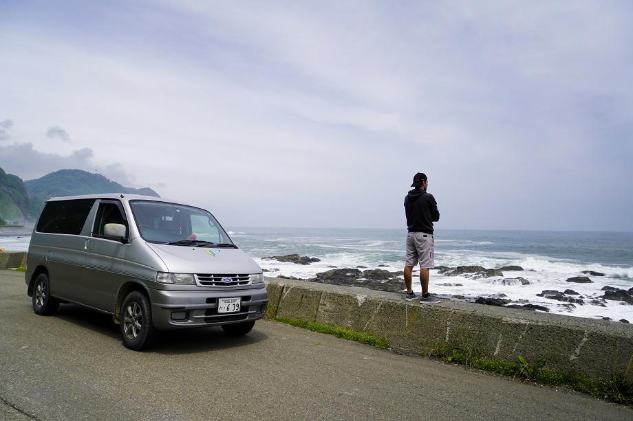 Landstraße direkt an der Küste Japans