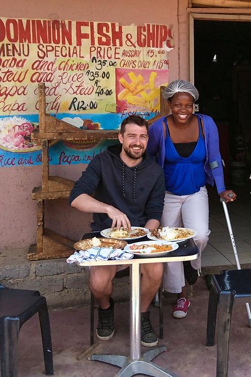 Hermann isst in einer Shanty Town