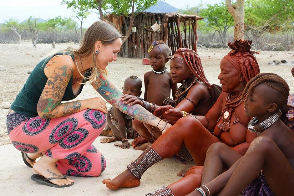Himba in Namibia begutachten Tattoos