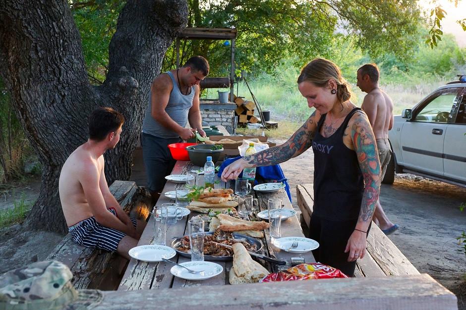 Abendessen mit Einheimischen im Waschlowani Nationalpark in Georgien