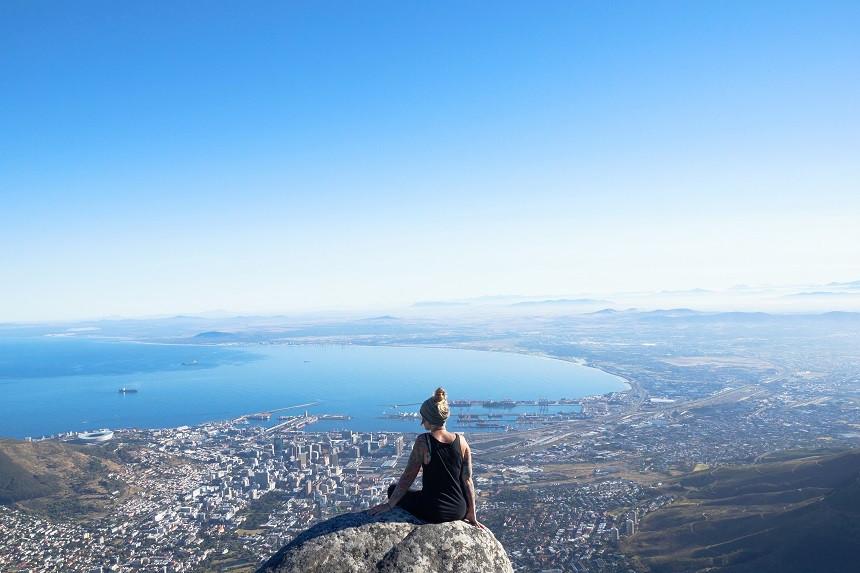 Kati blickt vom Tafelberg auf Kapstadt