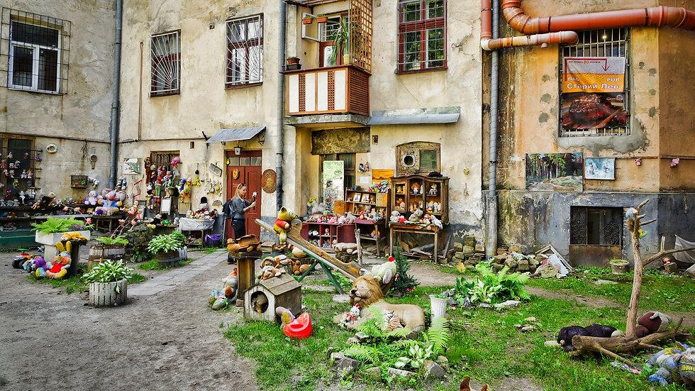 Hof der Kuscheltiere in Lviv.jpg