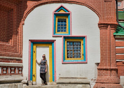Kati vor backsteinkirche in moskau.jpg