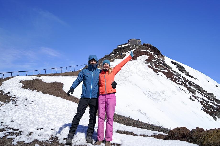 Kati und Hermann voller Freunde nach dem ersten Blick in den Krater des Fuji