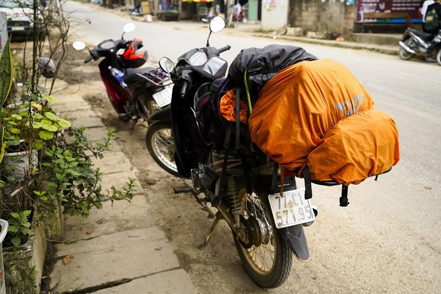 Blick auf vollgepacktes Motorrad