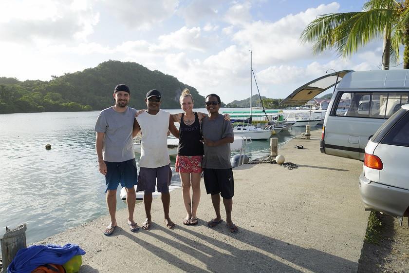 Wir mit Einheimischen auf Palau