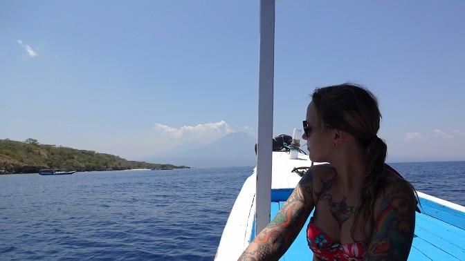 Kati blickt auf Vulkane