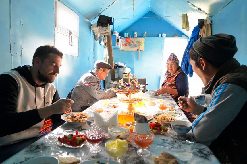 Essen mit Einheimischen in Kirgisistan