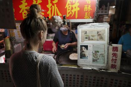 Kati vor einem Street Food Stand in Taiw