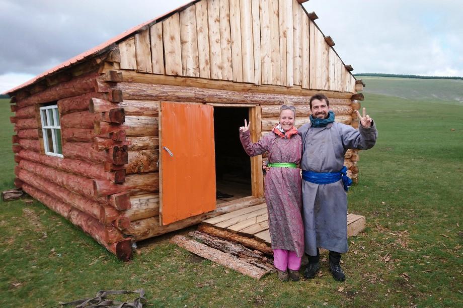 Kati und Hermann im traditionellen mongolischen Deel