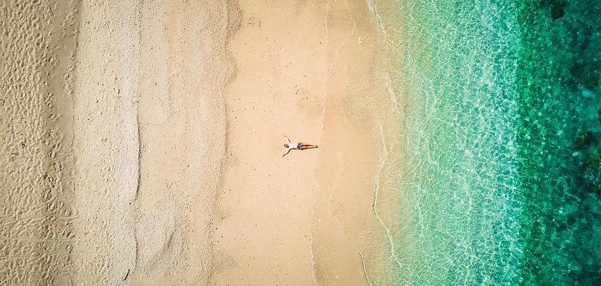 strand mit meer aus der luft fotografier