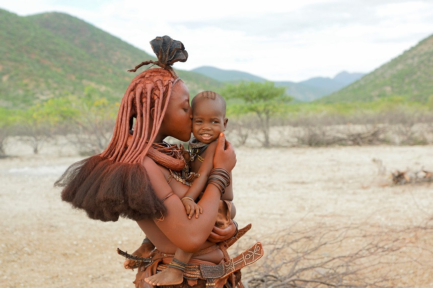 Himba mit Kind in Namibia