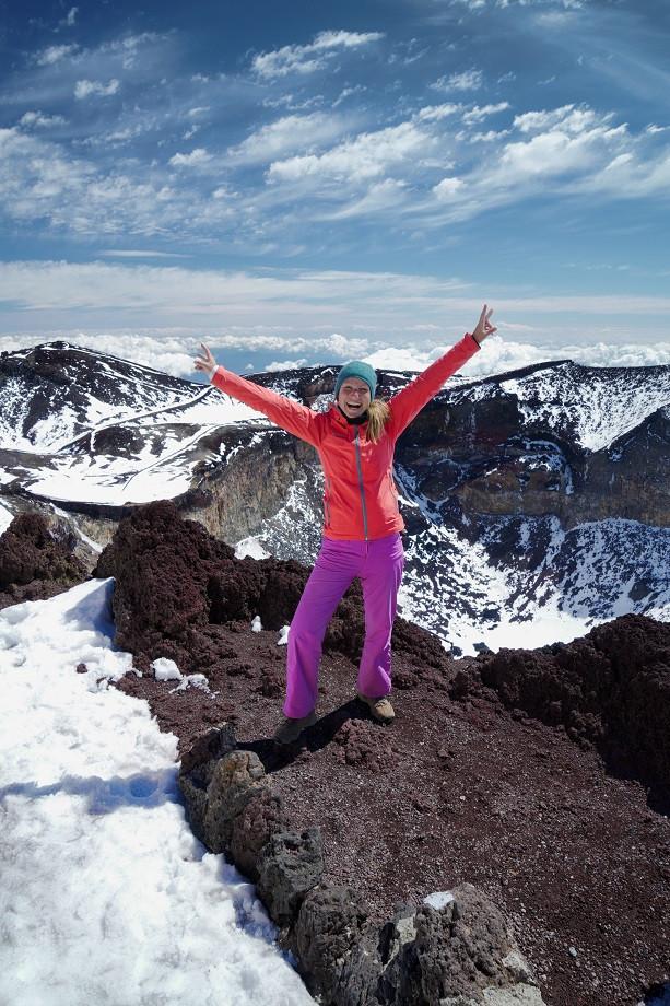 Kati freudestrahlend auf dem Gipfel des Fuji