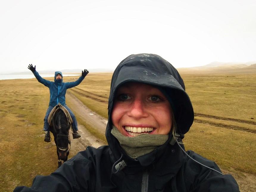 Kati und Hermann reiten durch den Graupelschauer