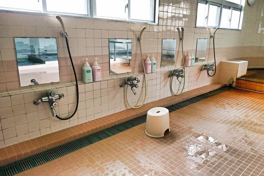 Duschbereich in einem Onsen