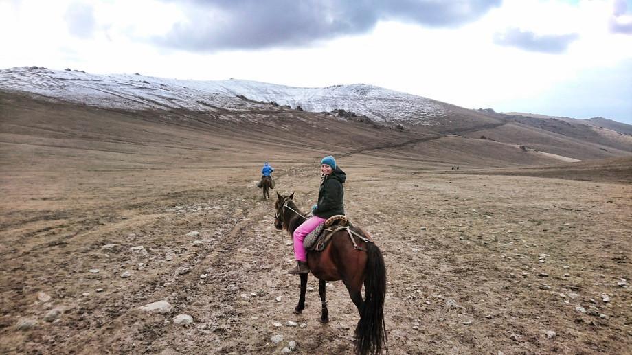 Kati auf einem Pferd in Kirgistan