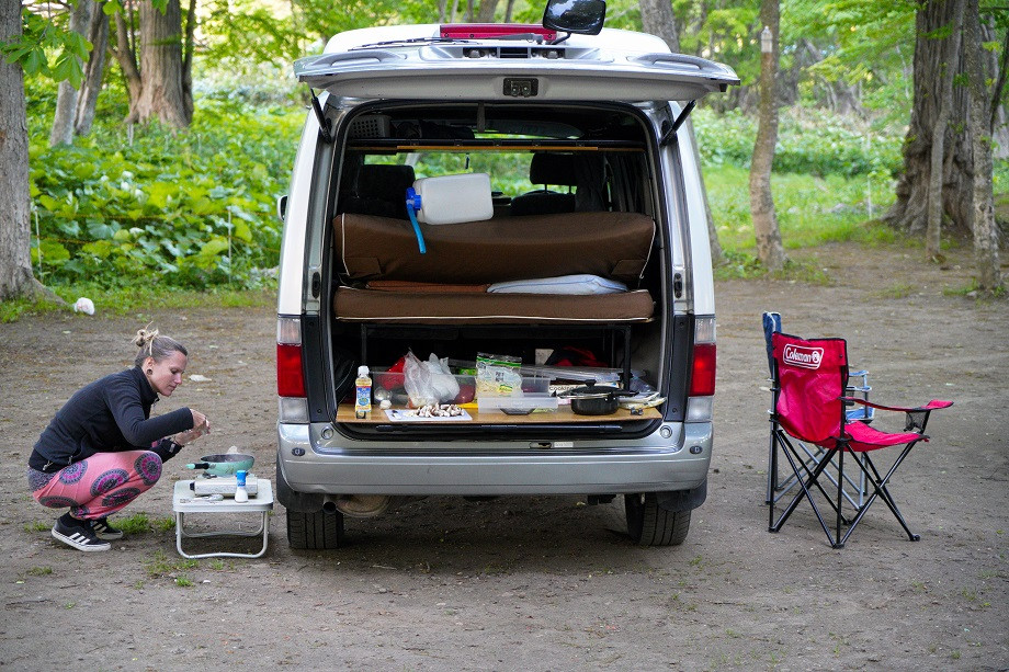 Unser Van auf einem Campingplatz in Japan