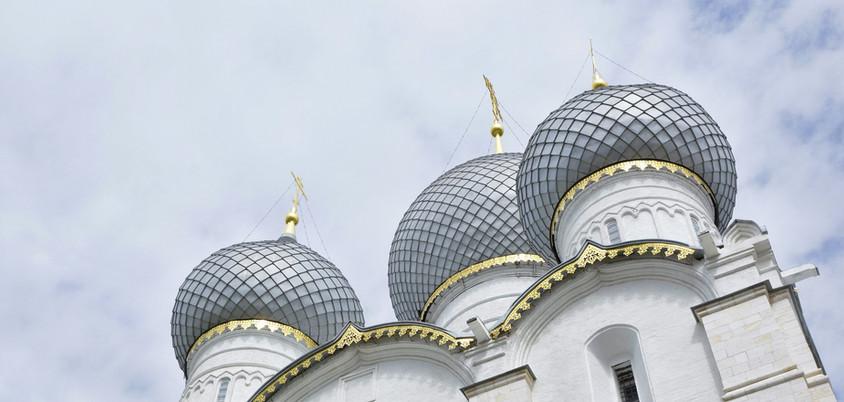 Zwiebelkuppeln einer Kirche in Russland.