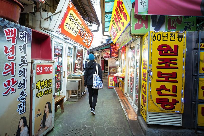 Kleine Gasse mit Restaurants in Seoul