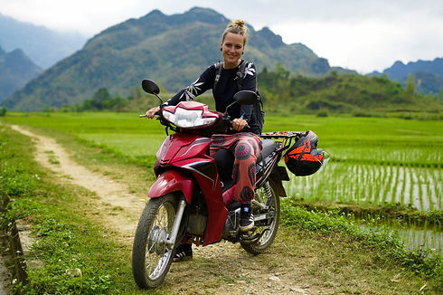 Kati auf einem Motorrad in Vietnam.jpg