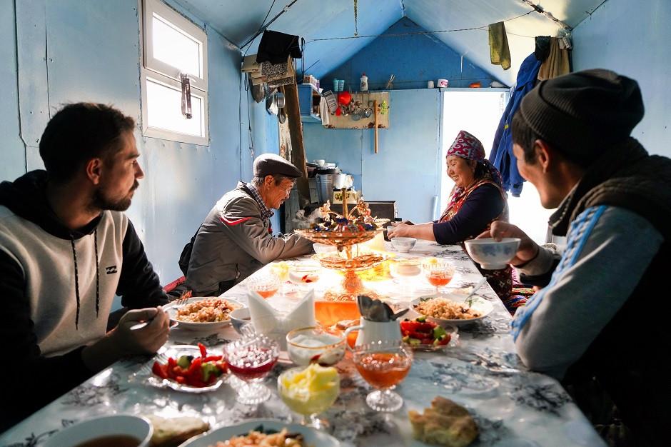 Beim Essen mit Einheimischen in Kirgisistan