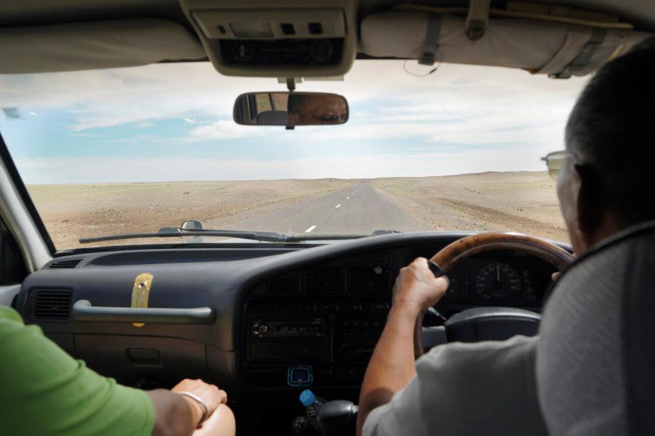Blick_durch_die_Scheibe_eines_Tourfahrzeugs_in_der_Mongolei