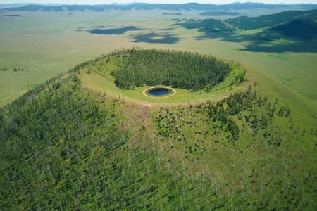Blick auf einen Vulkankrater in der Mongolei