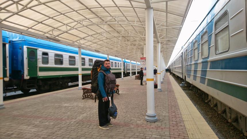 Hermann mit Gepäck am Bahnhof Taschkent