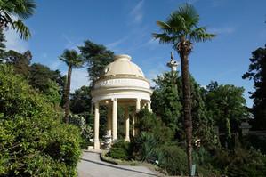 Palmen und Pavilion im Park von Sotschi.