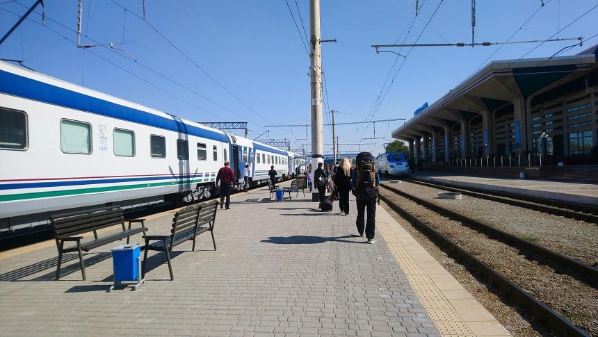 Hermann am Bahnhof in Usbekistan
