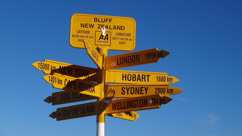 Schild mit Entfernungen in Neuseeland