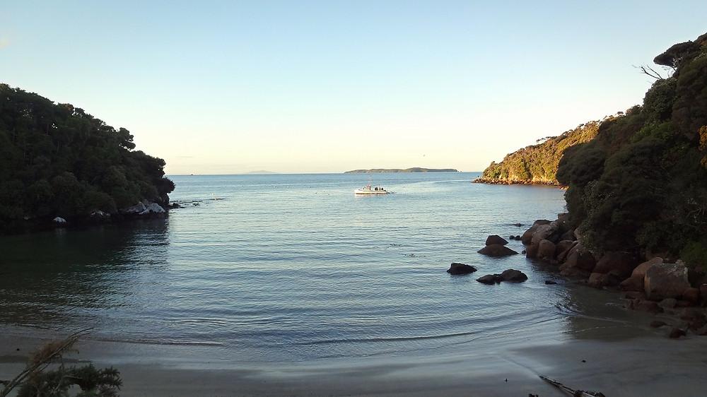 Fischerboot in einer Bucht