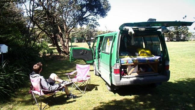 Hermann neben Campervan in Neuseeland