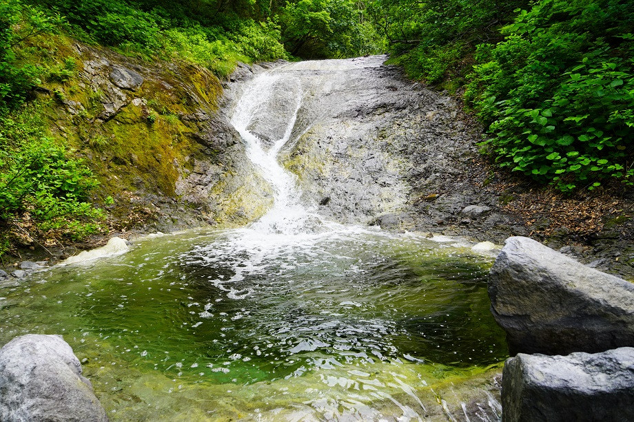 Warmer Pool am Kamuiwakka Wasserfall