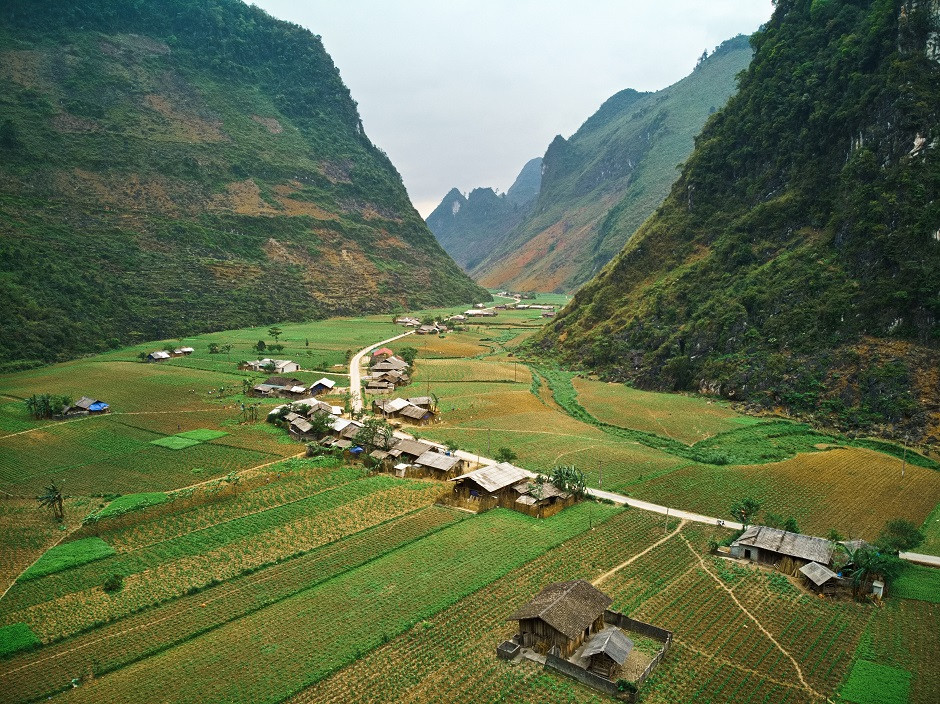 Strasse durch ein Tal am Ha Giang Loop