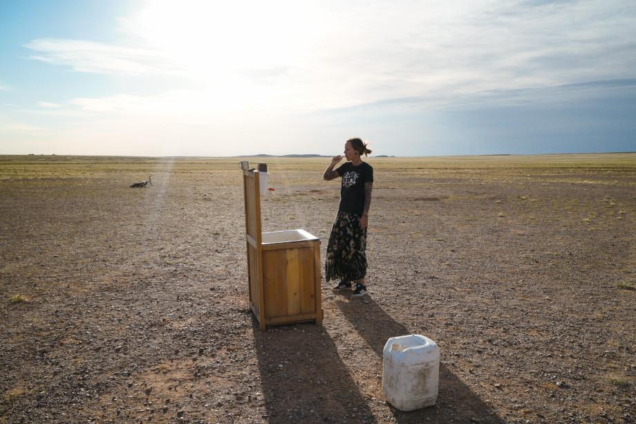 Zähne putzen in der Gobi Wüste