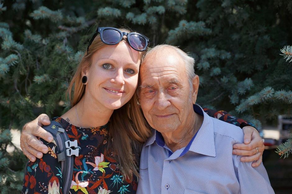 Kati mit einem Veteranen in Almaty - Kasachstan