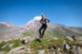 Kati springt vor dem Gergeti Gletscher