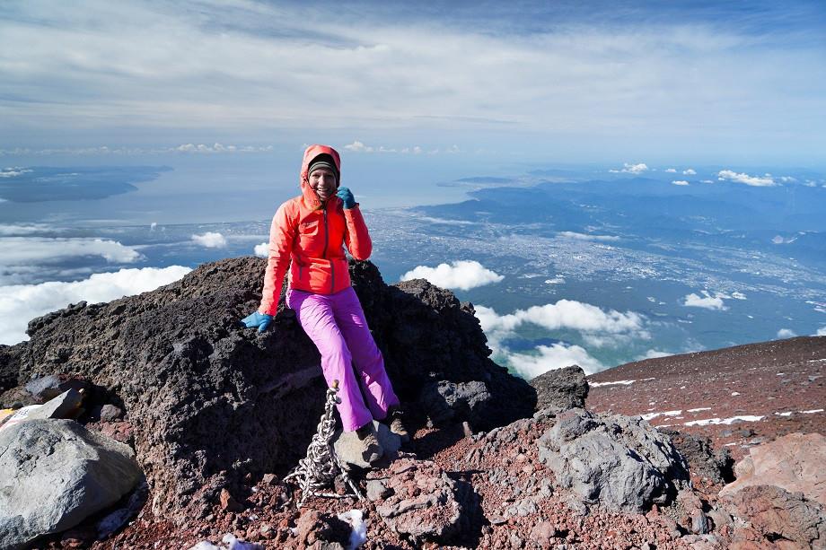 Kati macht eine kurze Pause auf dem Weg zum Gipfel