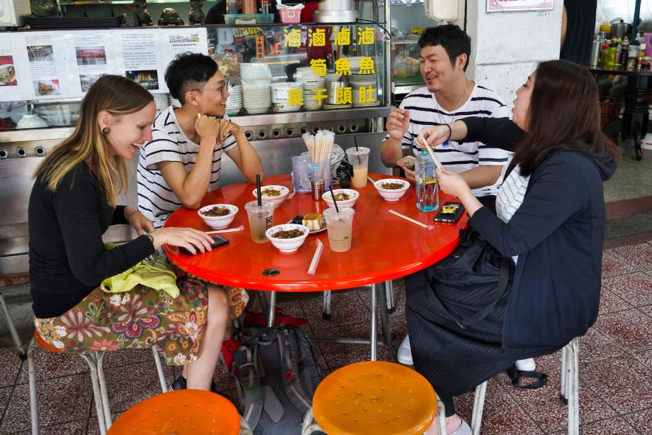 Gemeinsames Essen an einem Streetfood Stand in Taiwan