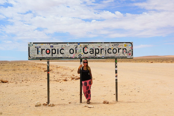 Kati am Schild Tropic of Capricorn.jpg